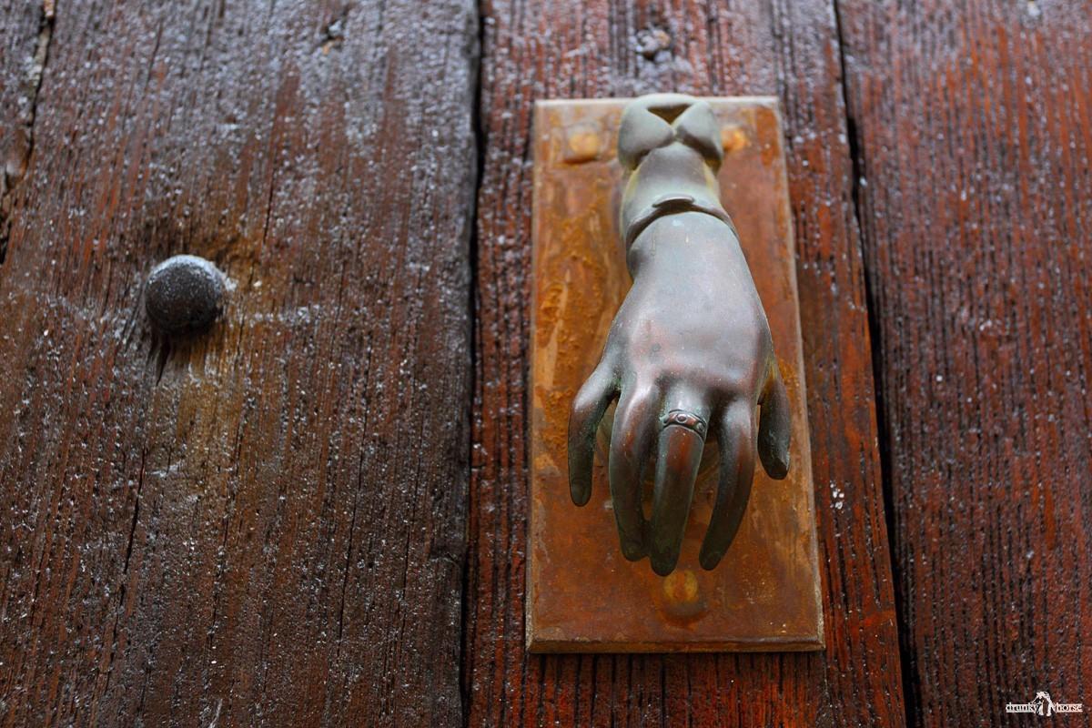 Дверной молоток в форме женской руки