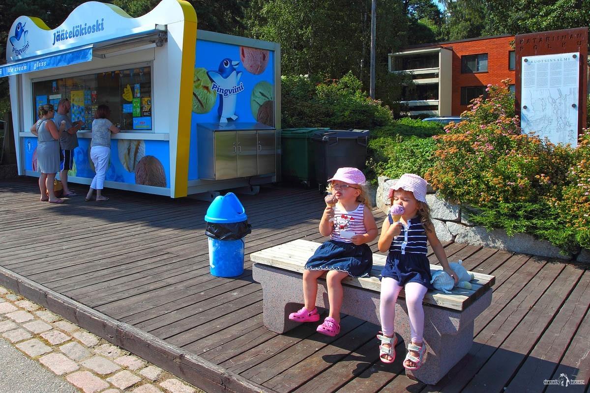 Лакричное мороженое в Финляндии. Ларёк с мороженым. Котка. Финляндия.