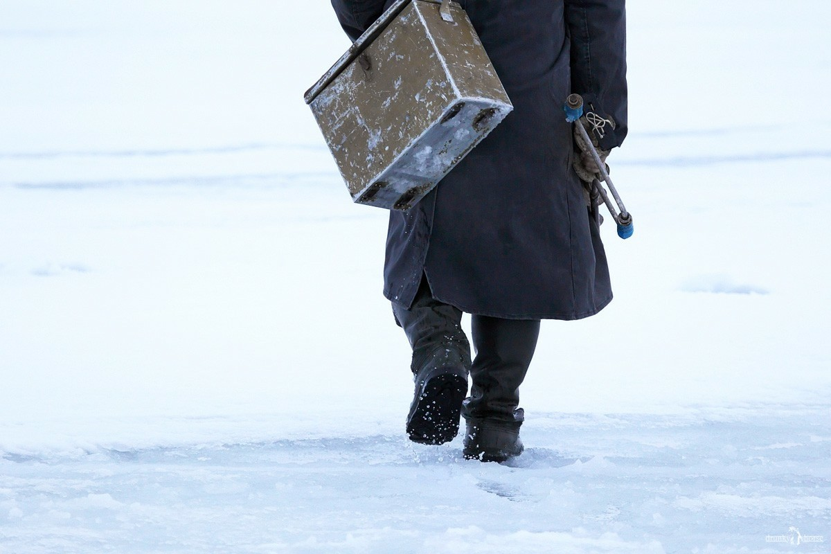 Доставали утонувшую машину из-подо льда. Рыбак