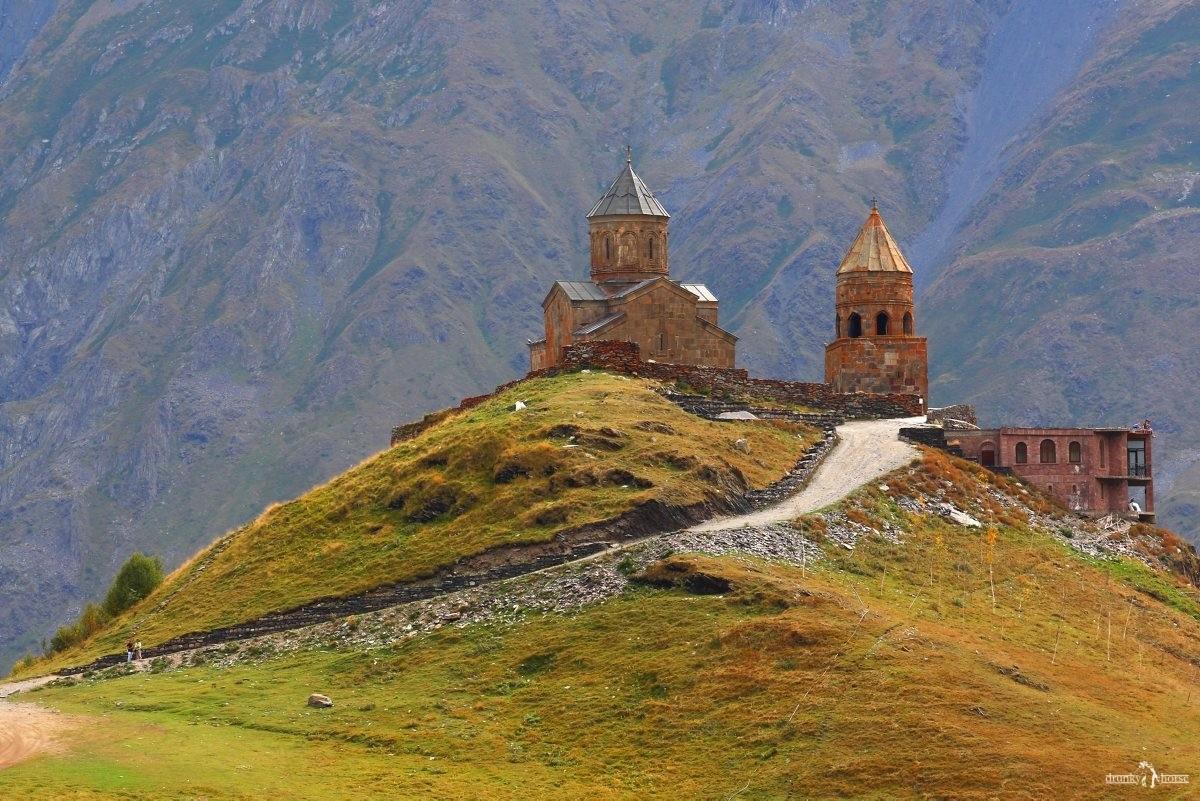 Степанцминда (Казбеги). Церковь Гергети Цминда Самеба