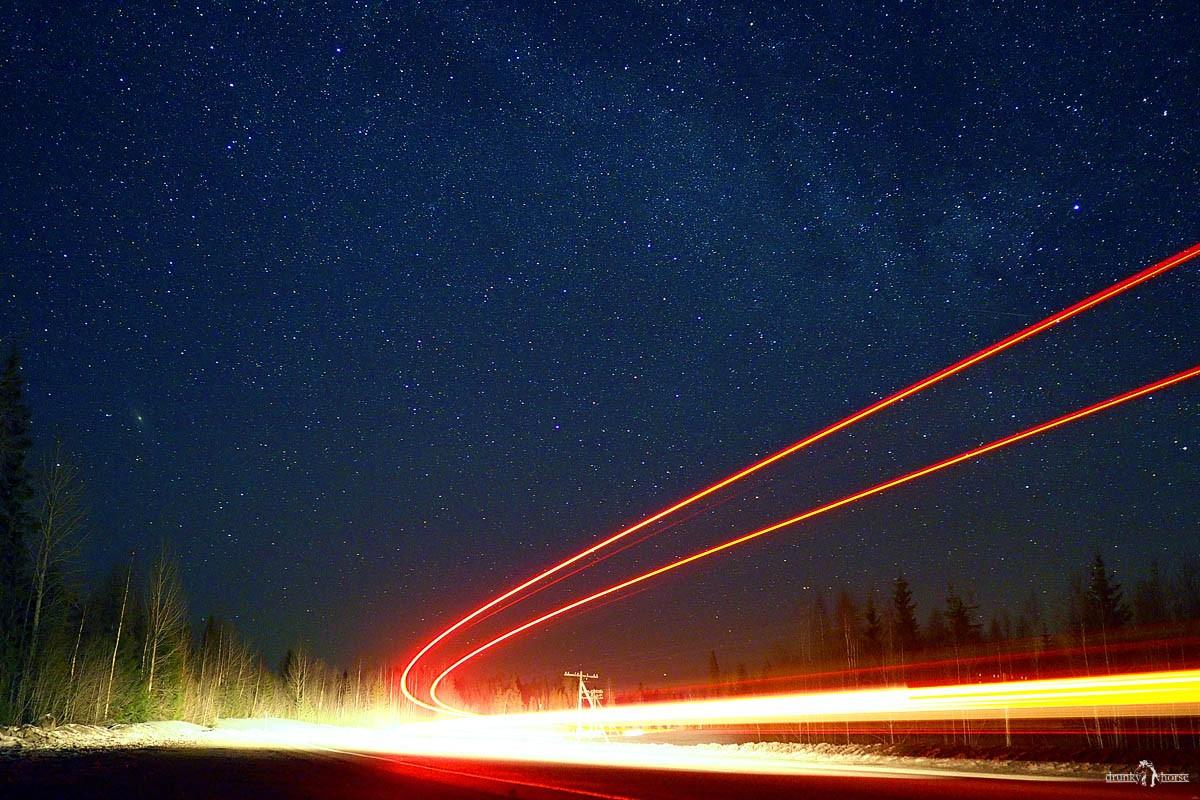 Звёздное небо и следы от фар машин