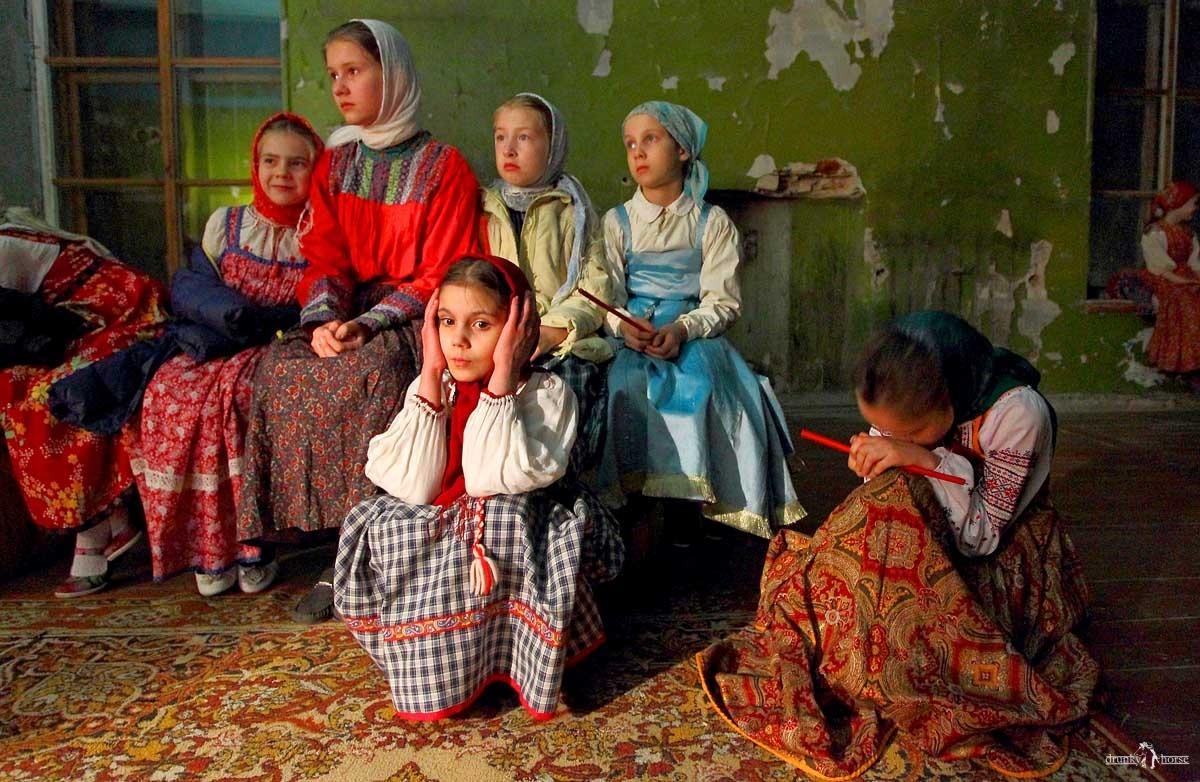 Деревенские истории. Дети певчих на хорах одного из монастырей во время пасхальной службы